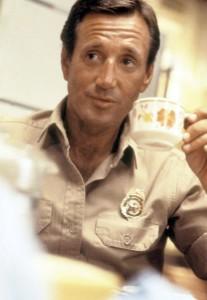 """ARD DER WEISSE HAI (jaws), USA 1974, Regie Steven Spielberg, am Samstag (02.12.06) um 23:10 Uhr im Ersten. Brody (Roy Scheider) ist der Polizeichef des Badeortes Amity. © ARD Degeto - honorarfrei, Verwendung nur im Zusammenhang mit o. g. Sendung bei Nennung Bild: """"ARD Degeto"""" (S2), Programmplanung und Presse (069) 1509-334 oder -335"""